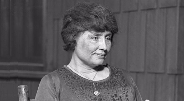 https://commons.wikimedia.org/wiki/File:Helen_Keller_circa_1920_-_restored.jpg