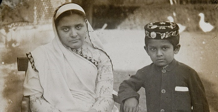 Parsi_woman_and_son_at_an_unknown_location_in_India_c._1900